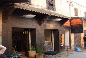 Обязательно посетите Henna Cafe Marrakesh, здесь есть бесплатный WI-FI, шикарное вегетарианское меню, подают чай, кофе, соки и фруктовые коктейли