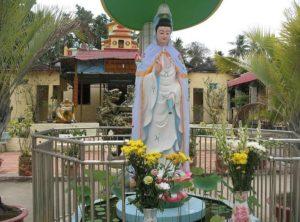 На территории пагоды установлена статуя Avalokitesvara Bodhisattva (Богини Милосердия).