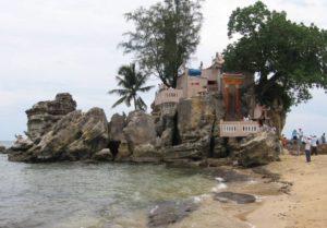 Пляж удобен и тем, что до основных достопримечательностей, расположенных в центре Duong Dong, порядка 8 км.