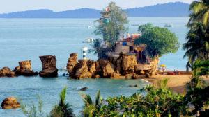 Храм Динь Кау Рок возведен на природном образовании из горных пород.