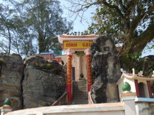 29 извилистых каменных ступенек ведут на террасу на крыше Кау Храма, отсюда можно полюбоваться красочным закатом.