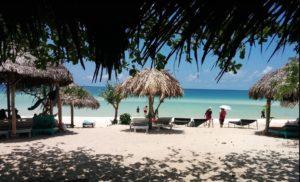 В период высокого сезона (с декабря по апрель), особенно в дневное время на пляже достаточно многолюдно, сюда автобусами привозят туристов со всего острова.