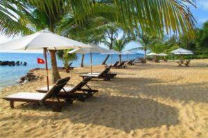 Красивые бухточки с желтым песком, в обрамлении кокосовых пальм и тополей, облюбовали отели и пляжные курорты.