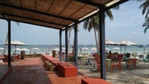 На побережье рядом с Paradiso restaurant можно бесплатно воспользоваться шезлонгами и душем, если купить напиток в ресторане.