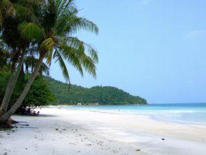 На пляже всегда можно уединиться, найдя укромное место для отдыха.