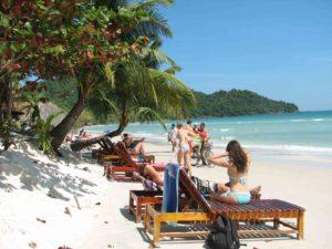Именно здесь на восточном побережье, в его южной части расположен пляж Bai Sao, который так привлекает своим исключительно белым песочком и бирюзовым морем.
