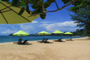 От отеля до частного пляжа с шезлонгами и зонтиками всего 90 метров.