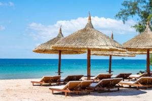 Пляж, как и все западное побережье, покрыт мелким желтым песочком. Вход в воду, пологий, течение небольшое, море теплое.