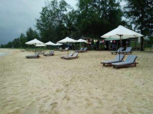 Собственная пляжная зона отеля с бесплатными шезлонгами.