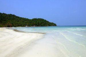 На пляже мягкий мелкий песочек светло-желтого цвета, практически нет природного мусора.