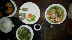 В ресторане отеля предлагают блюда местной и европейской кухонь.