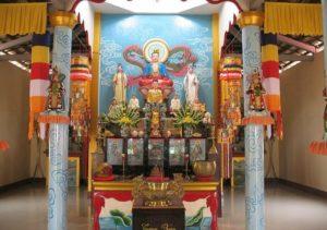 """Статуи расположены на фоне известной картины художника Cao Sanh """"Летающий дракон"""", рассказывающей о путешествиях монаха Зыонг Танга."""
