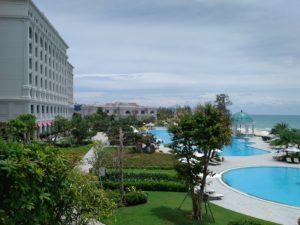 Весь отель оформлен в дизайне, сочетающем французский романтизм и сказочный азиатский стиль.