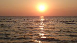 Еще одно незабываемое впечатление, которое можно увезти с пляжей именно западного побережья – это созерцание потрясающих закатов.