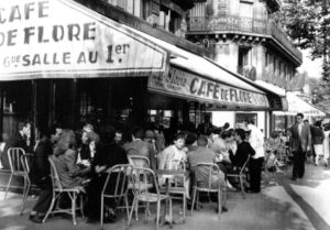 Свое название «кафе Де Флер» получило благодаря статуе богини Флоры, находящейся по другую сторону бульвара Сен-Жермен