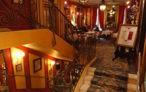Лестница в обеденный зал на 2 этаже в легендарном кафе Le Procope