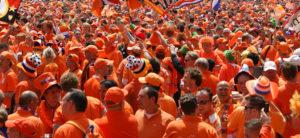 Оранжевый город в день короля