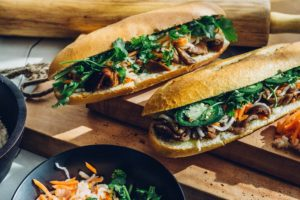 Сэндвич - популярная уличная еда в Париже