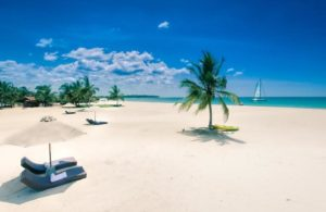 Пляж Пасикуда напротив отеля Uga Bay Pasikudha 4*