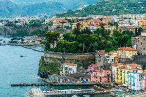 Сорренто - красивейший город, расположенный к югу от Неаполя.